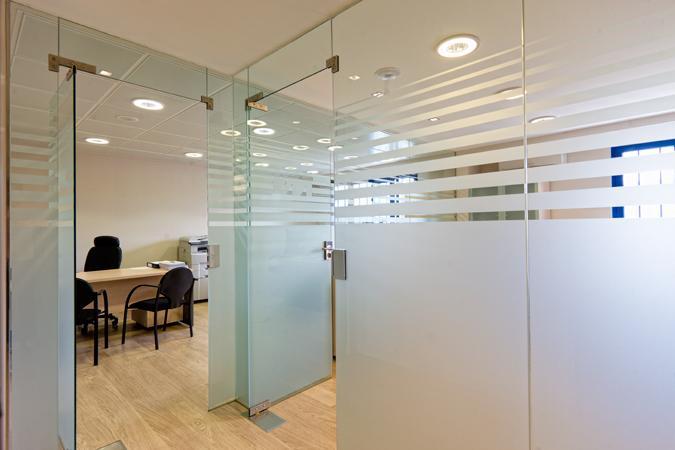 Divisiones en vidrio con screen dise o de oficinas for Manijas para mamparas de vidrio