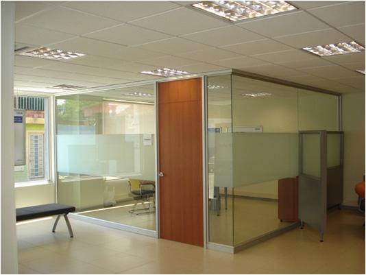 Divisiones en vidrio templado dise o de oficinas for Divisiones para oficina