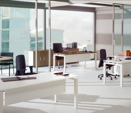 Oficina Integral con Cerramiento en Vidrio Templado y Escritorios Línea Klass